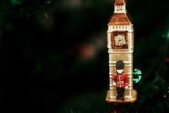 女王/王后在大笨钟圣诞节装饰品附近的` s卫兵,逗人喜爱的小锡兵 免版税库存图片