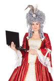 女王/王后礼服的妇女有膝上型计算机的 免版税库存图片