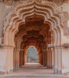 相称被成拱形的走廊 库存图片