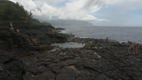 女王/王后` s巴恩污水池在考艾岛,夏威夷,美国的浪潮水池 股票视频