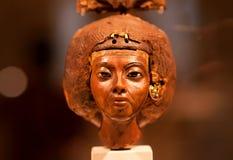 女王Tiy BC 14世纪小雕象有羽毛冠的在埃及博物馆 免版税库存图片