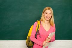 女生笑,准备大学创造性的课题 准备开始一教育年 ?? 免版税图库摄影