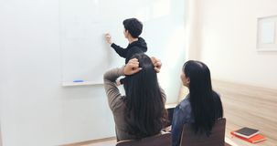 女生,她感到头疼和一位严肃的老师不了解 库存图片
