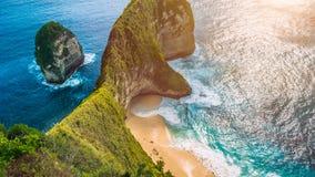 女用披巾海湾或Kelingking海滩在努沙Penida海岛上在热的热带太阳,巴厘岛,印度尼西亚下 库存图片