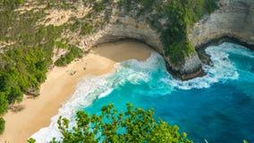 女用披巾海湾或Kelingking海滩在努沙Penida海岛,巴厘岛,印度尼西亚上 免版税图库摄影