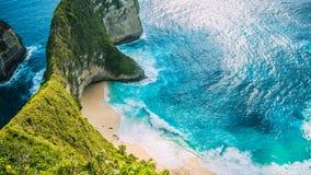 女用披巾海湾或Kelingking海滩在努沙Penida海岛,巴厘岛,印度尼西亚上 免版税库存图片