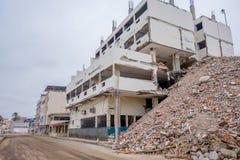 女用披巾,厄瓜多尔11日2017年:在一个完全地被毁坏的大厦旁边被毁坏的修造的部份在强期间 免版税图库摄影