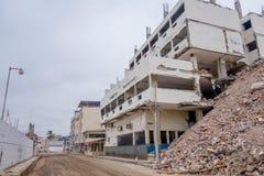 女用披巾,厄瓜多尔11日2017年:在一个完全地被毁坏的大厦旁边被毁坏的修造的部份在强期间 免版税库存照片