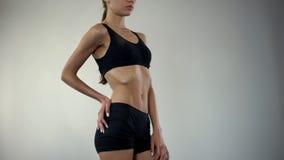 女用贴身内衣裤的厌食女孩为照相机,没有肥胖层数,作为症状的减重摆在 库存照片