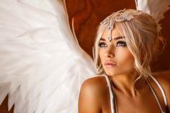 女用贴身内衣裤的美丽的妇女有天使翼的 免版税库存图片