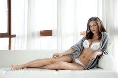 女用贴身内衣裤和毛线衣的美丽和性感的妇女 库存图片