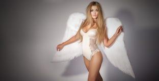 女用贴身内衣裤的性感的妇女作为天使 图库摄影
