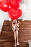 女用贴身内衣裤的新娘她的与气球的婚礼的 免版税库存图片