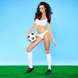 女用贴身内衣裤的美丽的大乳房女子足球运动员 库存图片