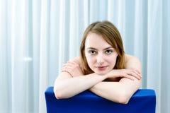 女用贴身内衣裤的年轻可爱的白种人妇女 免版税库存图片
