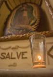 贞女的蜡烛升在墨西哥教会里 免版税库存照片
