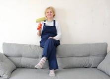 女监工有沙发的一基于在屋子里 免版税库存照片