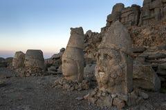 女神Tyche Commagene最左端,宙斯、Antichos和赫拉克勒斯雕象在Mt内姆鲁特火山的东部平台的在土耳其 图库摄影