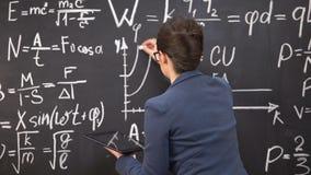 女老师在黑板和藏品片剂,创新的图画图表 影视素材