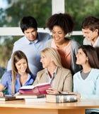 女老师解释的学生在教室 库存照片