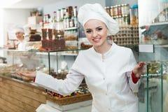 女职工地方糖果店的问候客户 库存照片