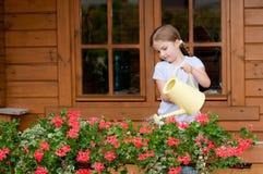 女花童浇灌的一点 免版税库存照片