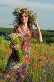 女花童花圈 美丽的乌克兰女孩的面孔 免版税库存照片