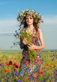 女花童花圈 美丽的乌克兰女孩的面孔 库存照片