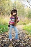 女衬衫儿童五颜六色质朴户外摆在 免版税库存照片