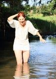 女衬衫的叫喊的女孩在水中 库存图片