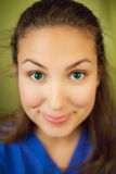 女衬衫蓝色有恶意的微笑佩带的妇女 免版税库存照片