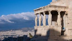 女象柱的门廊在Erechtheion的在雅典卫城的北边一个古希腊寺庙 免版税库存照片