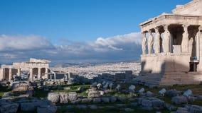 女象柱的门廊在Erechtheion的在雅典卫城的北边一个古希腊寺庙 图库摄影
