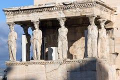女象柱的门廊在Erechtheion的在雅典卫城,希腊的北边一个古希腊寺庙 免版税图库摄影