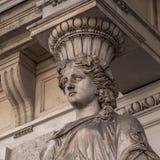 女象柱被弄脏的雕塑装饰在布达佩斯街道上的老房子门面  免版税图库摄影