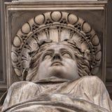 女象柱被弄脏的雕塑装饰在布达佩斯街道上的老房子门面  库存照片