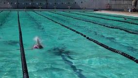 女运动员严谨地在以后的游泳竞争的仰泳训练 影视素材