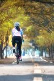 女运动员乘驾自行车,保留去的想法 库存照片