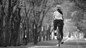 女运动员乘驾自行车,保留去的想法 免版税库存图片