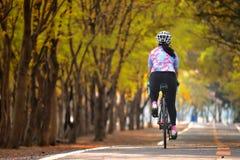 女运动员乘驾自行车,保留去的想法 库存图片