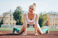女运动员在体育场内炫耀锻炼 库存照片
