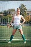女运动员在体育场内炫耀锻炼 免版税库存图片