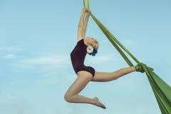 女运动员在吊床的equilibrist 免版税库存图片