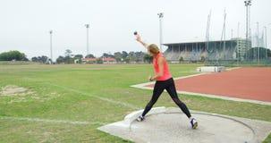 女运动员实践的在运动会比赛地点4k铅球投掷 影视素材