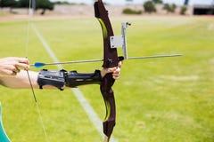 女运动员实践的射箭 免版税库存图片