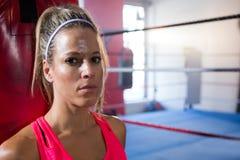 年轻女运动员特写镜头画象反对拳击台的 库存图片
