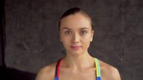 女运动员的画象 看照相机的年轻运动的微笑的妇女 股票视频