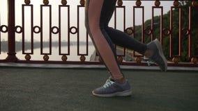 女运动员腿侧视图运行在城市的 股票视频