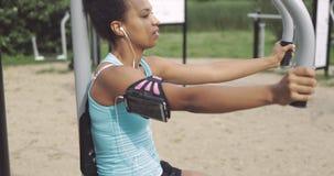 女运动员训练在公园 股票视频