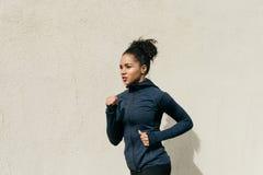 女运动员赛跑侧视图  库存图片